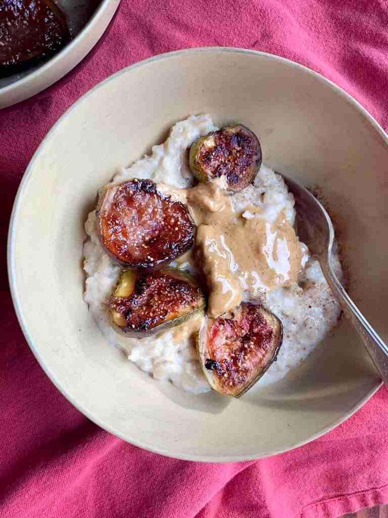 Creamy oatmeal with seared figs and cinnamon in a bowl #oatmeal #figs #creamyoatmeal #healthy #highfiber #breakfast